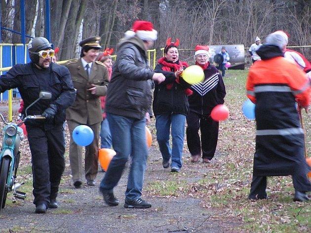 Již podruhé se setkali obyvatelé Petřvaldu na Novoročním běhu v čemkoli a na čemkoli, který se uskutečnil ha místním hřišti.