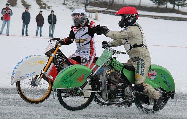 Větřkovická přehrada se stala dějištěm mistrovství v ploché dráze na ledě.