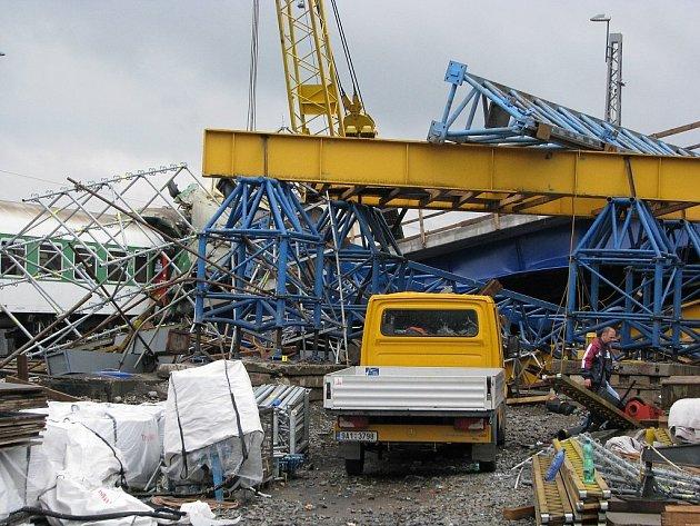 Zřícený most ve Studénce způsobil mnoho lidského utrpení.