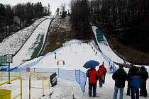 Osmdesát let byl rozdíl věku mezi sjezdaří, kteří měli tu čest slavnostně zahájit provoz nové sjezdovky mezi frenštátskými můstky. Jedním z nich byla místní lyžařská legenda, František Pitucha.
