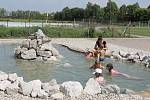 Lidé si užívali vodních radovánek i na vypuštěném koupališti.