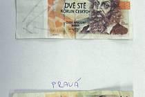 PŘEDNÍ STRANA falešné dvousetkorunové bankovky ve srovnání s pravou.