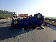 Převrácený na střeše skončil osobní vůz Peugeot 206 po havárii na dálnici u Bílova.
