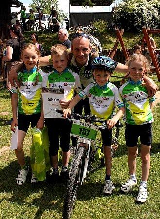 Mládežnická základna Team Forman Cinelli dělá klubu jenom radost a téměř dvacítka dětí objíždí závody víkend co víkend.