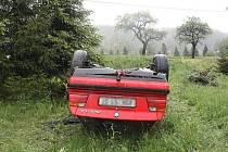 Dva řidiči na Novojičínsku skončili v převrácených vozidlech mimo silnici.