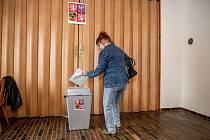 Lidé hlasuji ve volbách do Poslanecké sněmovny, 8. října 2021 ve Frenštátě pod Radhoštěm.
