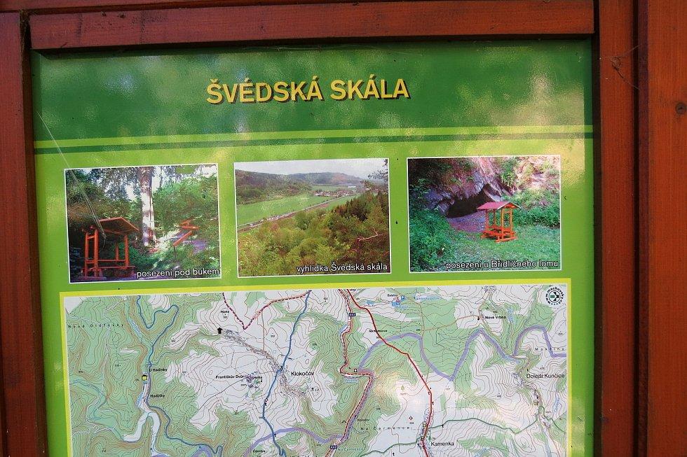 Heřmánky jsou malebná obec v údolí mezi kopci. Turisty vyhledávaná je Švédská skála.