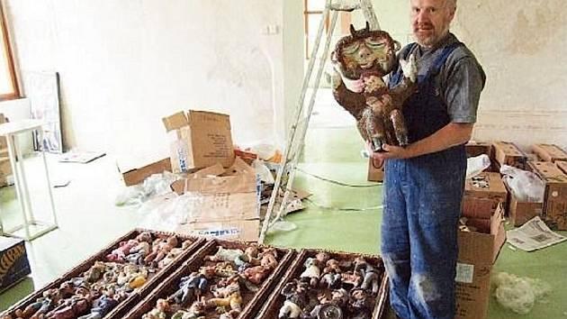 Kastelán zámku v Linhartovech Jaroslav Hrubý je už od dětství milovníkem keramiky Jana Kutálka.