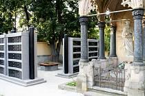 Nová kolumbária na hřbitově v Odrách vyrostla v těsné blízkosti novogotické hrobky. Jestli se dalšími pracemi podaří rozbít tento necitelný zásah do vzhledu hřbitova, se teprve uvidí.