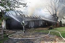 Příčina požáru je jasná: nedbalost majitele při pokládání lepenky na střechu, kdy pracoval s otevřeným ohněm, aby lepenku nahřál, a při tom došlo ke vznícení izolace a následně k rychlému rozšíření požáru vlivem silného větru na prakticky celou střechu.