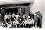 Společná fotografie z roku 1973, která vznikla krátce před otevřením nové budovy základní školy.