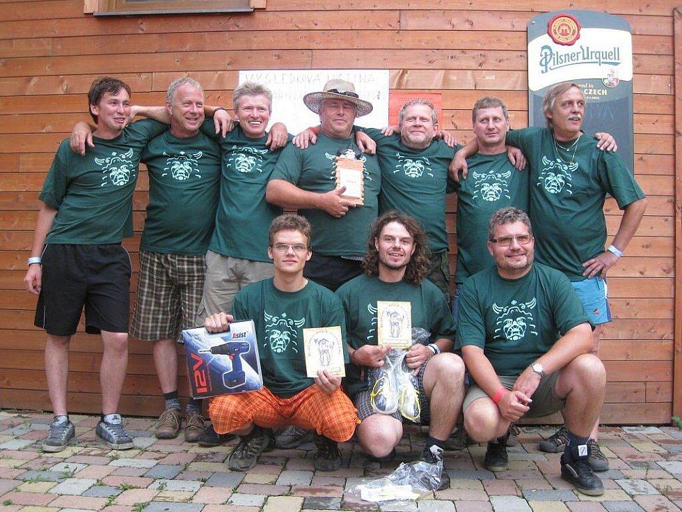 Titul Nejdrsnější muž z Barton City 2009 si odnesl Mojmír Bartoň (na skupinovce uprostřed nahoře). Druhé místo obsadil Zbyněk Svoboda a třetí Jakub Pleban.