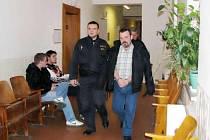 Eskorta přivádí Róberta Hráblíka do soudní síně Okresního soudu v Novém Jičíně.