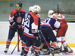 Hokejisté Kopřivnice (v tmavém) byli na Slovácku blízko překvapení, ale ve třetí třetině pětkrát inkasovali a domů se tak vraceli s porážku 3:6.