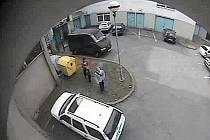 Průmyslová kamera zachytila, jak si zloději odnášejí ukradený počítač.