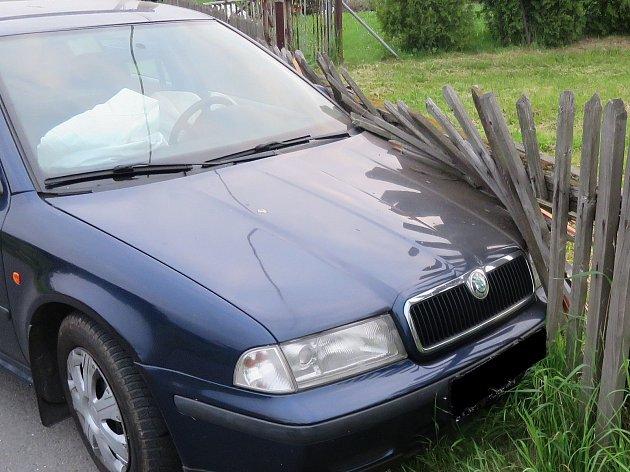 """Třiadvacetiletý Ukrajinec Škodu Octavia """"zaparkoval"""" do dřevěného plotu."""