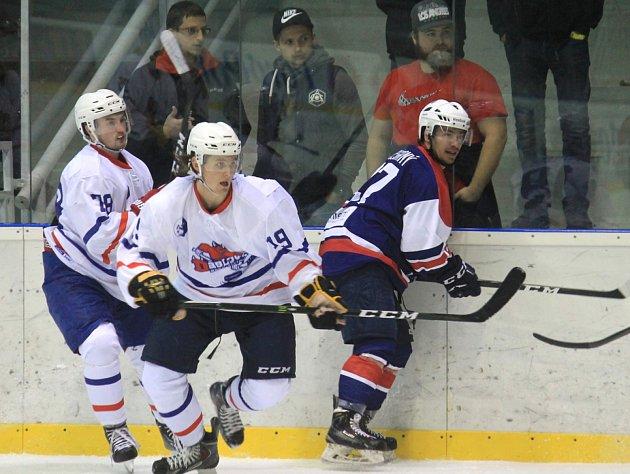 Novojičínský forvard Lukáš Motloch (uprostřed s číslem 19), jenž v letošním ročníku nastupuje i v dresu prvoligového Frýdku-Místku, řídil dvěma góly výhru Ďáblů na ledě favorizovaného Hodonína.