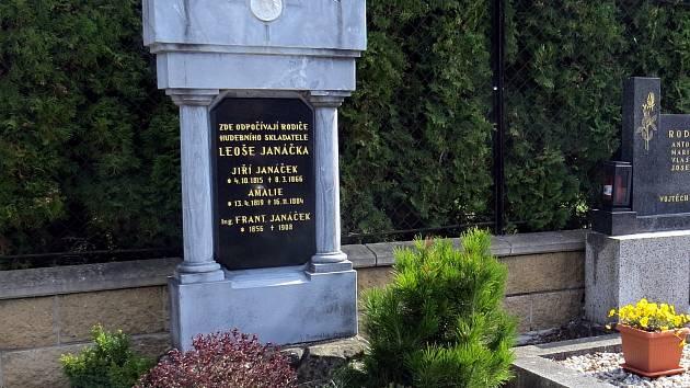 Hrob rodičů Leoše Janáčka a jeho bratra na hřbitově na Hukvaldech.