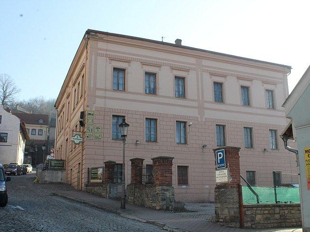 Vareálu pozemku patřícího penzionu Stará škola ve Štramberku by vbudoucnu mohla vzniknout odstavná plocha vhodná kparkování.