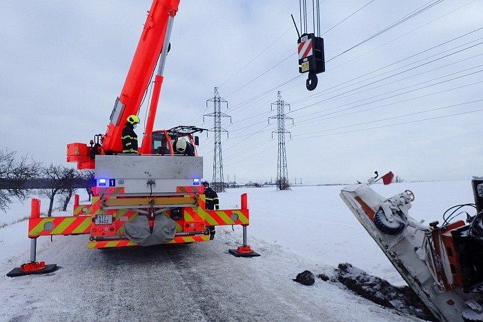Hasiči mají v těchto dnech plno práce také s vyprošťováním vozidel ze sněhu. Snímek je z akce ve Velkých Heralticích.