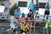 Cenným vítězstvím na horké půdě Jakubčovic vstoupily do sezony posílené Bordovice. Na snímku hostující Geryk (vlevo) v souboji s jakubčovickým Sigmundem.