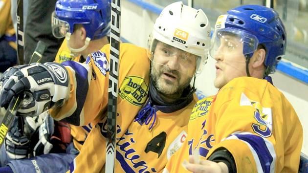 HOKEJOVÝ útočník Lukáš Bílek (vlevo) odehrál v kopřivnickém dresu s velkou pravděpodobností poslední sezonu své karéry.