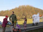 V Lukavci, místní části Fulneku, masky vyrazily do ulic obce v pravé poledne.