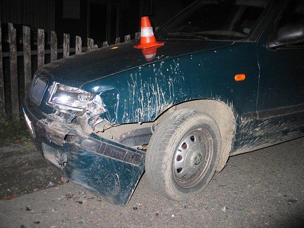 Poškozené zaparkované vozidlo.