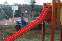 U Sýpky ve Fulneku vznikl areál s novým multifunkčním sportovním hřištěm i zázemím s hracími prvky pro menší návštěvníky.