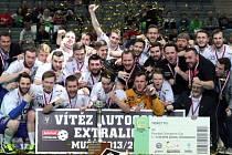 Florbalisté Vítkovic ovládli podruhé v řadě florbalové superfinále a zisk mistrovského titulu si užíval také lichnovský odchovanec David Matúš (vpravo s číslem 93).