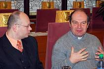 Děkan Alois Peroutka diskutuje s radními, vlevo Lukáš Jureček z Církve adventistů sedmého dne.