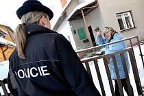 POLICISTÉ se i v rámci preventivních opatření vydávají přímo za důchodci a na podvodníky je upozorňují. Ilustrační foto.