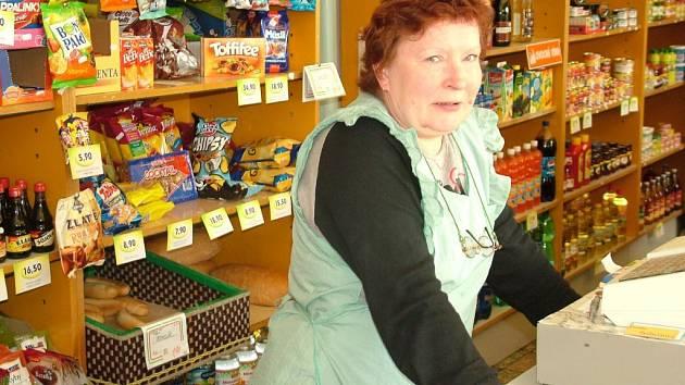 Prodavačka Jarmila Seibrtová by byla ochotna prodejnu v Prchalově provozovat i nadále. Objekt by ale prý muselo koupit město, které nebude požadovat vysoký nájem.