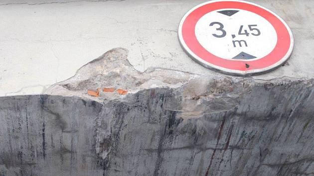 Řidič zavadil o železniční most v Suchdole nad Odrou hydraulickým ramenem nákladního vozidla.