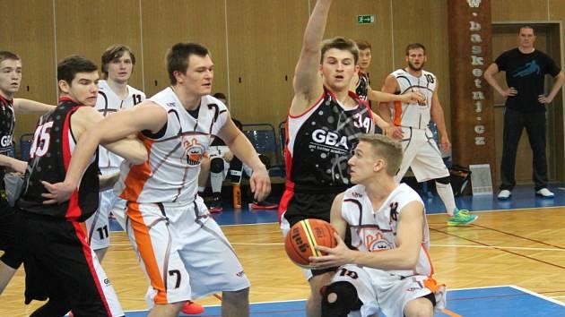 DOMÁCÍ PREMIÉRA NEVYŠLA. Basketbalisté Nového Jičína (v bílém) prohráli před vlastním publikem s celkem Snakes Ostrava.