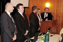 TOMÁŠ VELIČKA (zcela vpravo) při skládání slibu. Zleva starosta Petr Klimek, tajemník Rostislav Musila, místostarosta Vít Gola, pracovnice sekretariátu tajemníka Jarmila Krömerová.