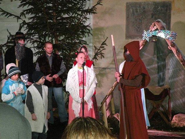 Na Živý Betlém se mohli lidé podívat před Vánoci na nádvoří bíloveckého zámku.