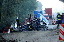 Pět jednotek hasičů zasahovalo v noci na pondělí 3. října v Petřvaldu u vážné dopravní nehody, při níž skončil kamion s palubkami pod mostem v potoce Trnávka.
