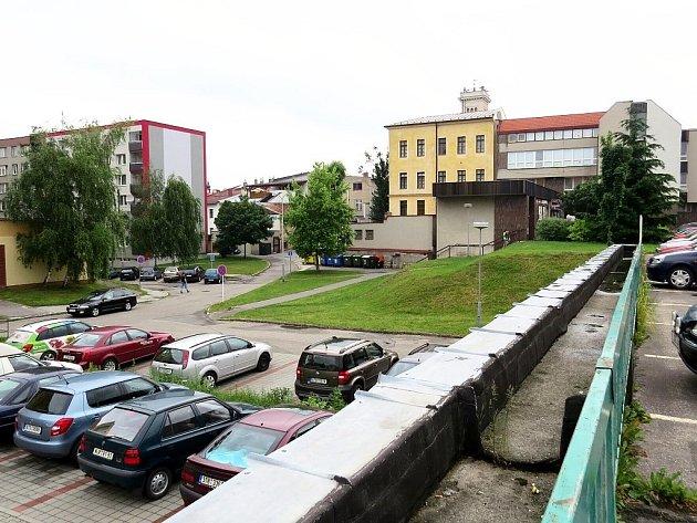 V místě, kde je dnes svah (v pozadí), by měl vyrůst polyfunkční dům.