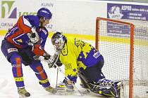Hokejový útočník Martin Kabeláč z Nového Jičína překonává gólmana Šternberka, Pavla Pekaře, v prvním utkání čtvrtfinálové série play–off druhé ligy, skupiny Východ.