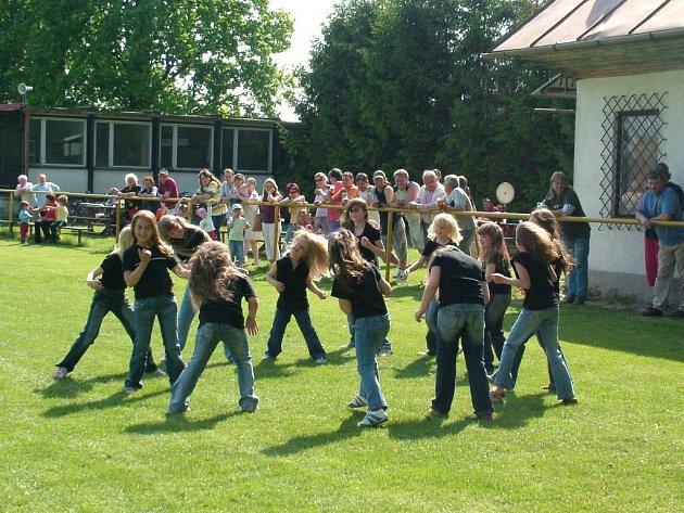 Tak si říká taneční soubor čtrnácti dívek z Mankovic.