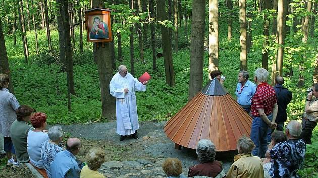 Novojičínský farář Michal Petr světí Mariánskou studánku.