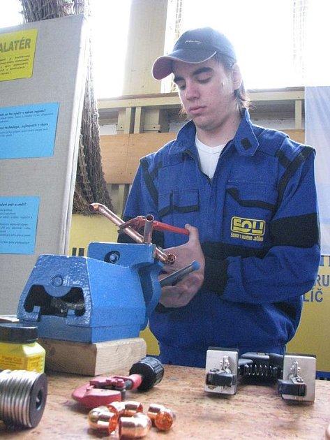 Mladí vyučení řemeslníci mají v současnosti na trhu práce veliké uplatnění. Mnohem hůře jsou na tom lidé ve věku nad padesát let. Ilustrační foto.