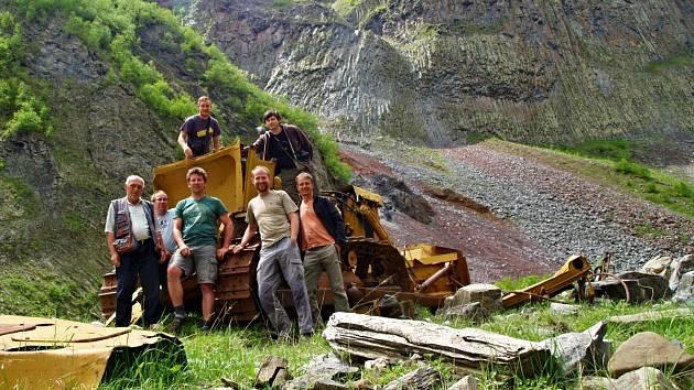 TÝM českých a gruzínských geologů u mohutného lávového tělesa cestou do vesnice Ketrisi.