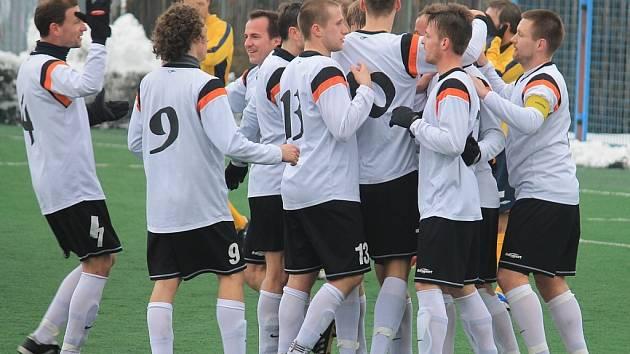 Fotbalisté Nového Jičína si tentokráte radost z divizních bodů užít nemohli. Po poločasovém vedení 1:0 ve druhé půli dvakrát inkasovali a ze Slavičína odjížděli bez bodů.