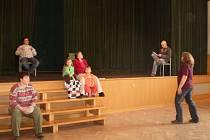 Přípravy na premiéru jsou v plném proudu. Fulnečtí ochotníci nacvičují první dějství hry s pracovním názvem Všední den.