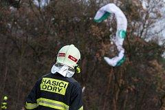 Paraglidistu sundali ze stromu hasiči.
