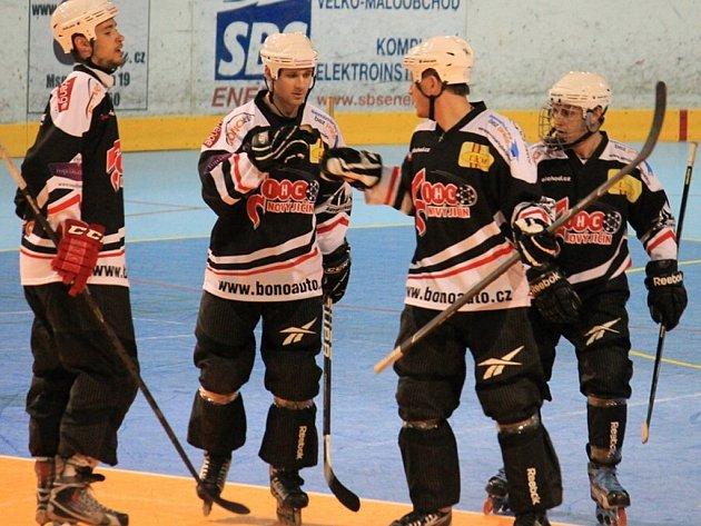 Novojičínský IHC má díky Jakubu Hruškovi (vpravo) zastoupení vširší nominaci na juniorské MS vin-line hokeji.