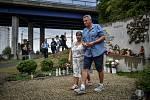 Na snímku v popředí strojvůdce Jiří Šindelář s manželkou. Pozůstalí, účastníci nehody vlaku, ale i další lidé uctili ve středu 8. srpna 2018 ve Studénce památku obětí železničního neštěstí, ke kterému zde došlo před deseti lety.
