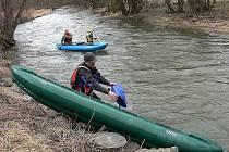 Kolem sto padesáti vodáků se o víkendu zúčastnilo otevírání a prvního jarního sjezdu řeky Odry.